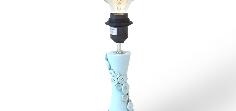 Redesignet lampe lavet af genbrug og knapper