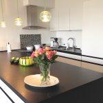 Køkkenindretning med grønne detaljer