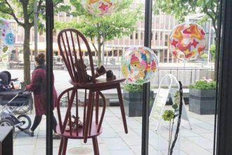 Vinduesdekoration / Visual merchandising i børnetøjsforretning i Herning - Smukke Unger - Sommervinduer