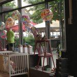 Sommer vinduesdekoration i børnetøjsbutik i Herning