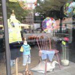 Vinduesdekoration i børnetøjsbutik - Herning