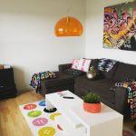 Personlig og retro indretning af stue, med masser af farve og alt fra genbrug til Ikea og Kartell elementer