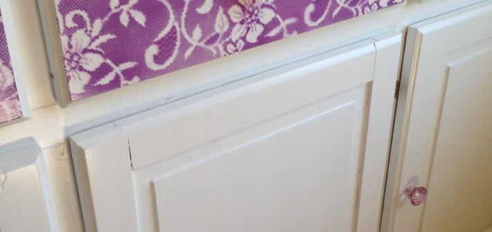 Malet skænk med blondeeffekt detaljer. DIY / Redesign / Upcycling fra CeeDesign